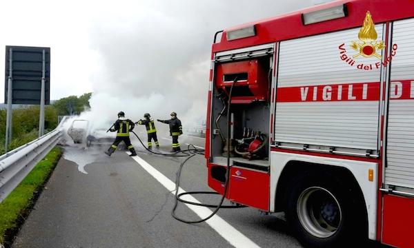 Autostrada A16, doppo intervento dei Vigili del Fuoco