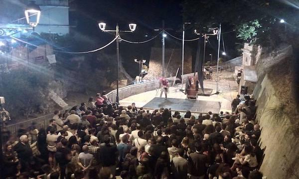 Comincia lo spettacolo nel borgo di Capocastello, Castellarte è avanti e pop