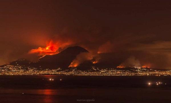 Tre canadair e 300 uomini: la battaglia sul Vesuvio, i fumi in Irpinia