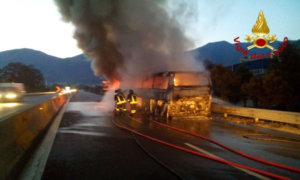 Calcinacci nella galleria di Solofra, sul raccordo bus in fiamme: gli interventi dei caschi rossi