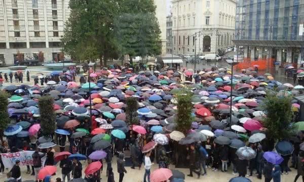 Marciando sotto la pioggia, il Mancini in corteo