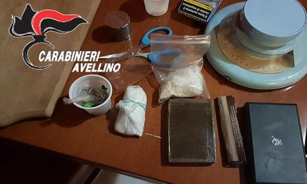 Hashish, coca e crack in casa: un arresto