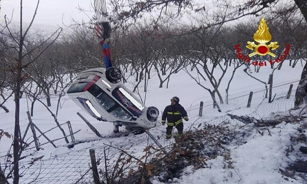 Neve in Irpinia, auto finisce fuori strada e si ribalta