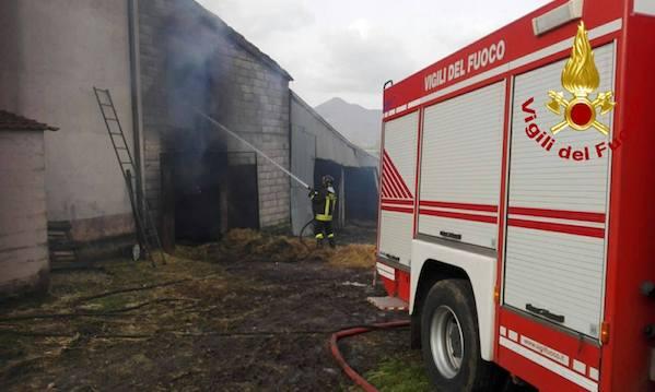Volturara, deposito agricolo in fiamme: sul posto caschi rossi e carabinieri