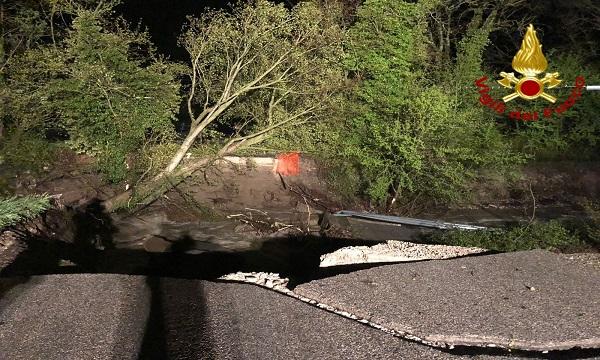 Maltempo, crolla ponte a Teora: area off limits