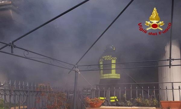 Teora, a fuoco una casa in centro: è inagibile