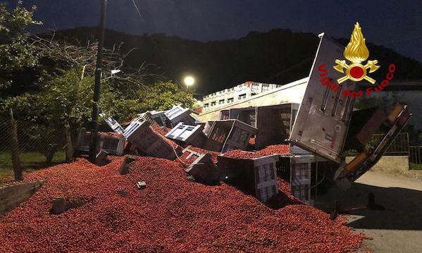 Serino: tir di pomodori si ribalta, intervento dei Vigili del Fuoco