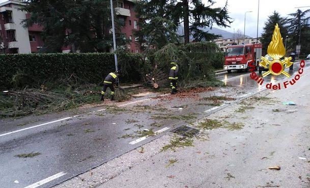 Raffiche di vento in tutta l'Irpinia, trenta interventi dei caschi rossi