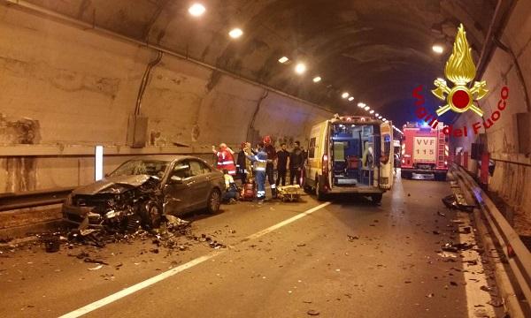 Fondo Valle Sele, scontro tra auto in galleria: quattro feriti