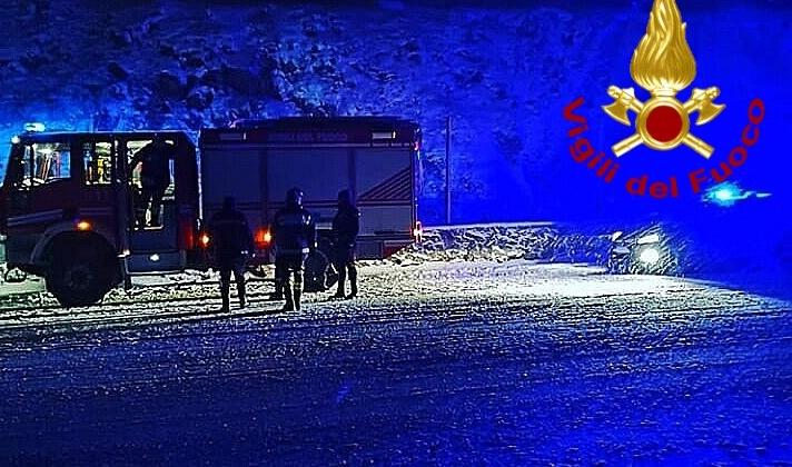 Irpinia innevata, mezzi al lavoro nella notte: tir bloccato a Montella