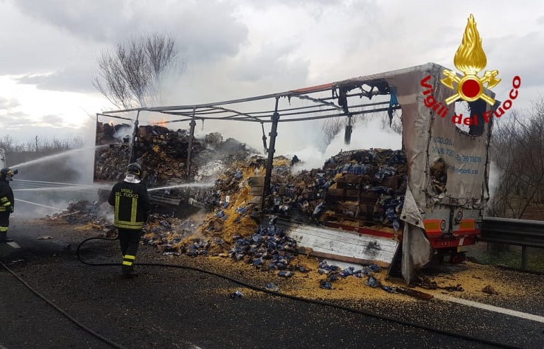 Mezzo in fiamme tra Baiano e Tufino, code sulla A16