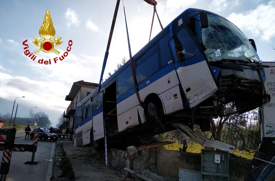 Spaventoso incidente ad Avella, conducente autobus al Moscati