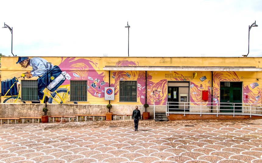 'Il postino' di Calitri sulle mura degli uffici, ecco l'opera di Alaniz