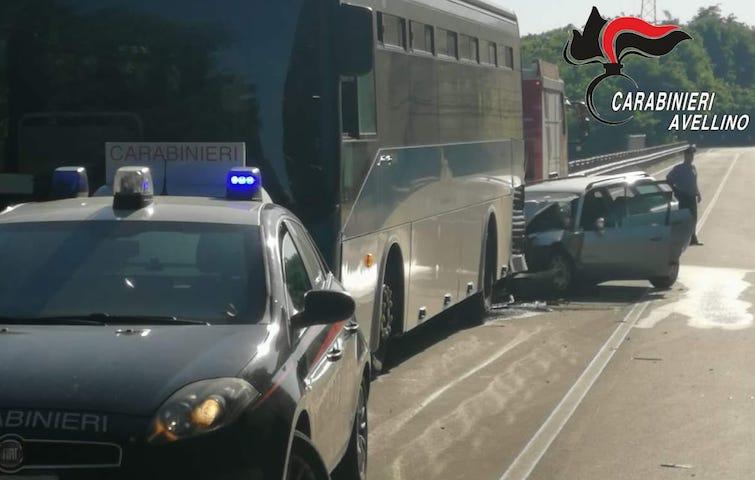 Ofantina: auto tampona autobus, tre feriti