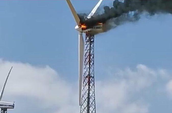 Alta Irpinia, una pala eolica in fiamme