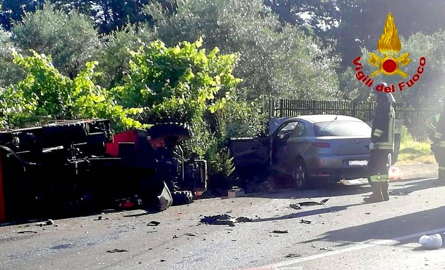 Tragedia sull'Ofantina: scontro auto-trattore, due morti