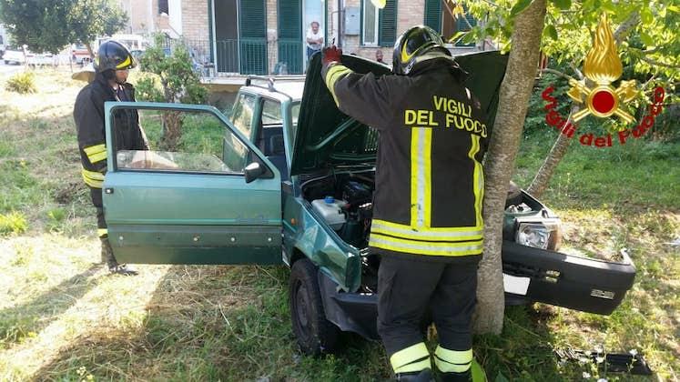 Sant'Angelo dei Lombardi: auto fuori strada, uomo in ospedale