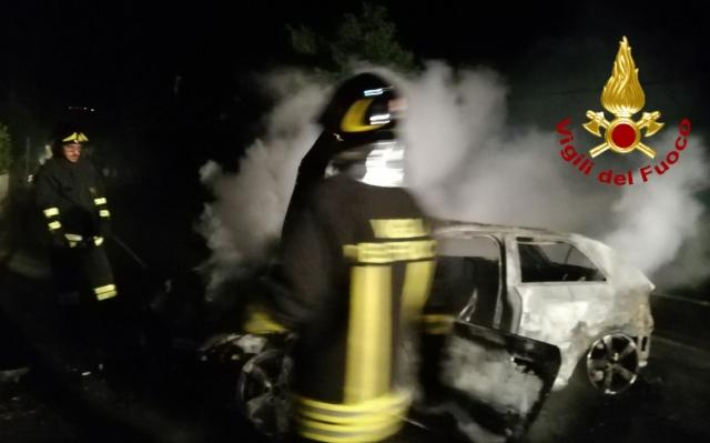 Notte di lavoro per i caschi rossi, auto a fuoco a Conza della Campania