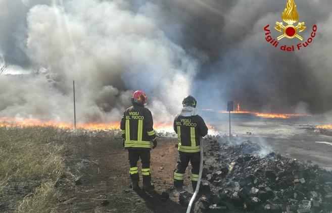 Incendio in fabbrica: il lavoro dei Vigili del fuoco, le ordinanze dei sindaci irpini