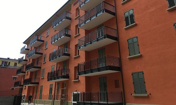Vallesaccarda, buco nella parete: abusivi occupano due appartamenti