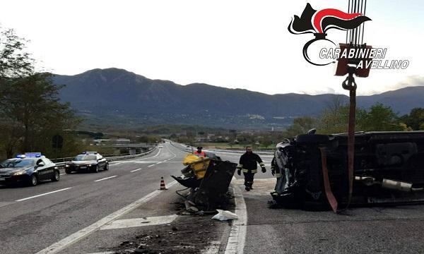 Ofantina, camion contro spartitraffico a Montella: due feriti