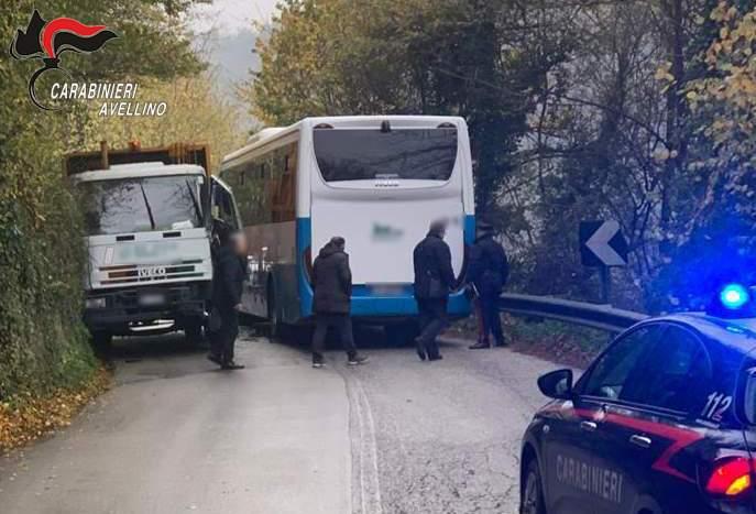 Scontro scuolabus e camion, tutti illesi i bambini