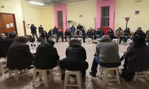 Cinquanta sardine in assemblea a Cassano, il sindaco ironizza