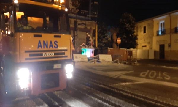 Anas in azione nella notte ad Ariano: ambulanza con bimbo nella neve