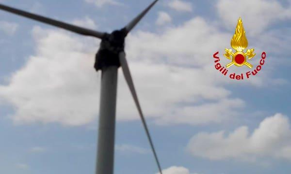 'L'eolico brucia a pochi metri dalla strada', la protesta di Aquilonia