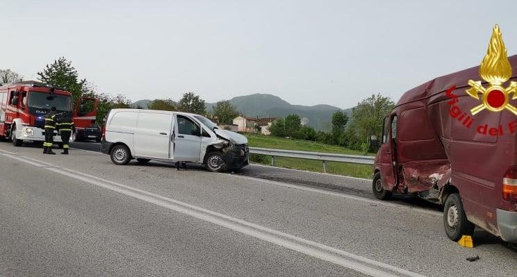Lioni: impatto tra due furgoni, tre feriti