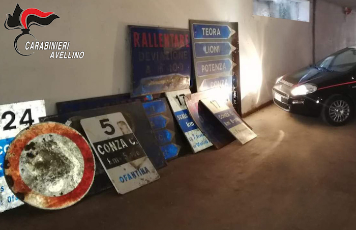 Cartelli stradali per coprire deposito agricolo, succede in Alta Irpinia