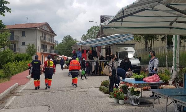 Più controllori che controllati, a Lioni il mercato riparte con cautela