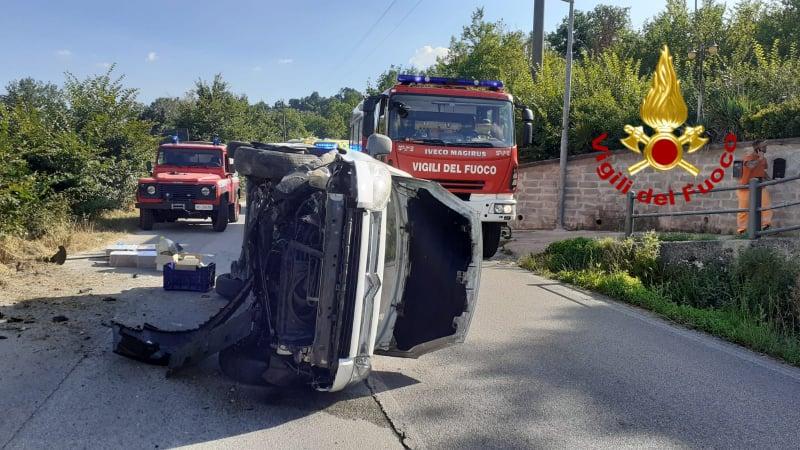 Incidente a Montemarano: uomo estratto dal mezzo, ora è in ospedale
