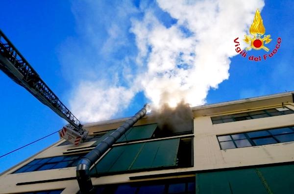A fuoco conceria di Solofra, i caschi rossi evitano il peggio