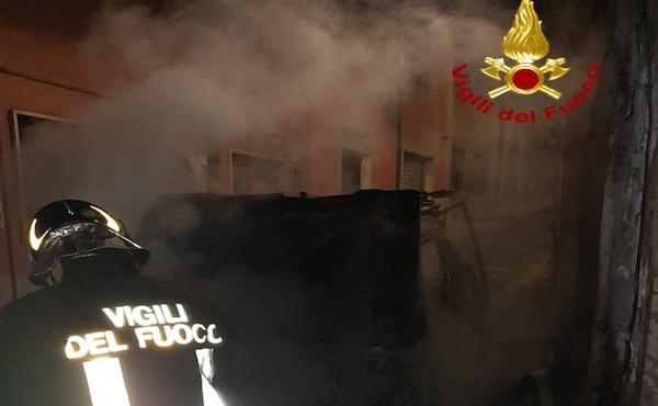 Volturara Irpina: vettura in fiamme nella notte, danneggiata anche la linea elettrica