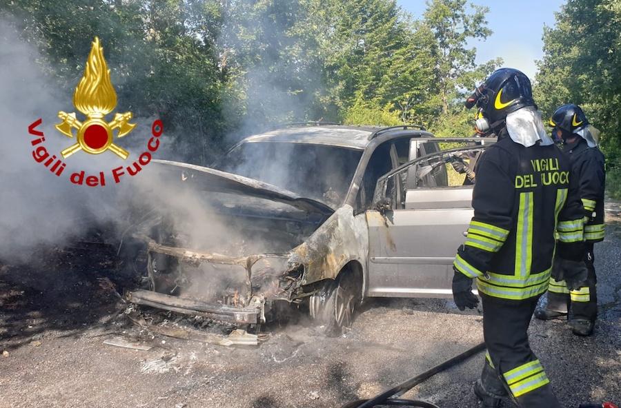 Lioni: auto tra le fiamme, intervento dei Vigili del Fuoco
