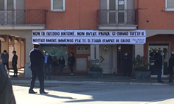 'Ci siamo tutti', striscione e palloncini a Lioni per i funerali di Antonello