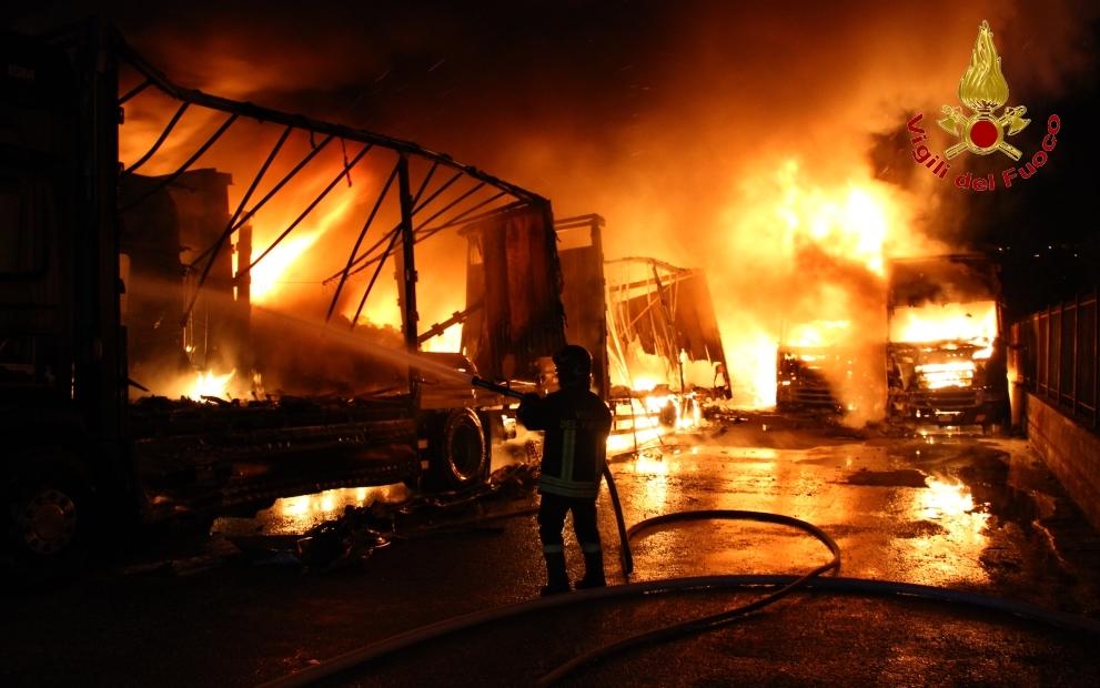 Inferno nella notte a Montefredane, deposito tra le fiamme